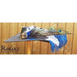 """Chapeau mousquetaire """"Mihawk"""" en cuir noir avec plumes bleues"""
